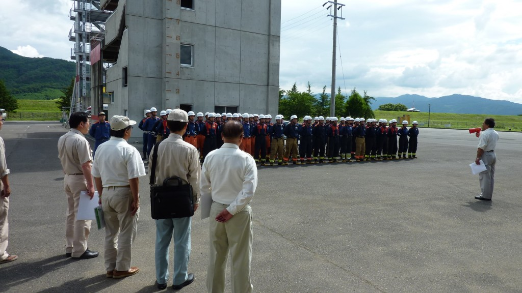 依田委員長から激励を受ける新任消防職員