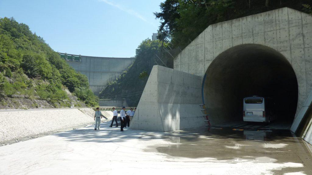 28,9,2団視察小渋ダム排砂トンネル