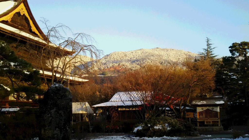 28,11,25善光寺と裏山の雪:朝日